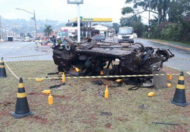Cenas de acidentes e faixas informativas alertam motoristas sobre segurança no trânsito  em Cotia