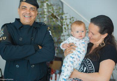 Bebê de sete meses que se engasgou com papinha é salvo por GCM de Cotia
