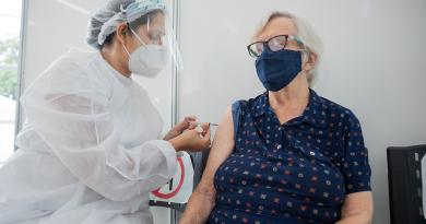 Governo de SP antecipa calendário e começa a vacinar idosos acima de 77 anos na próxima semana